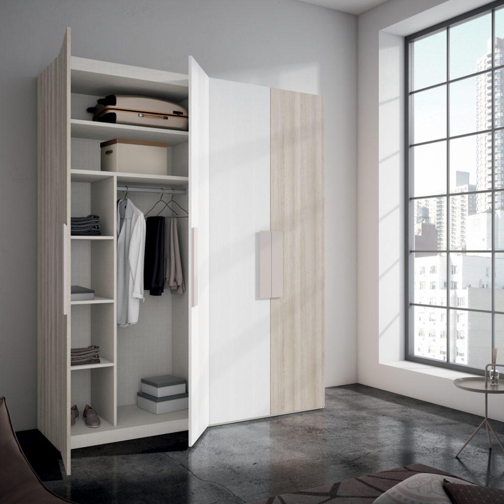 Armario a medida con ropa dentro y puerta abierta de color blanco y madera