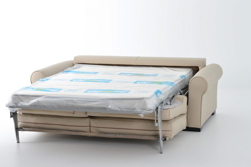 Sofá cama abierto color crema con fondo blanco