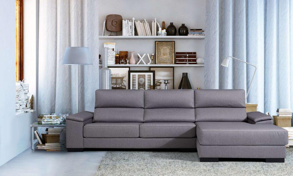 Sofá modular gris en salón con decoración moderna